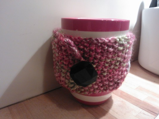 mug cosy knitted in moss stitch
